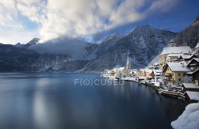 Austria, Salzkammergut, vistas Hallstaetter ver en invierno - foto de stock