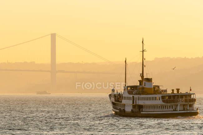 Turquie, Istanbul, ferry sur le Bosphore au lever du soleil — Photo de stock