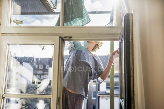 Німеччина, миючої вікна будинку — стокове фото