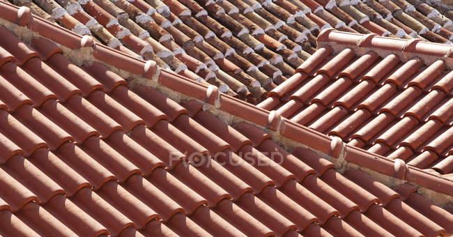 Telhas de telhado vermelho durante durante o dia, cheio de — Fotografia de Stock