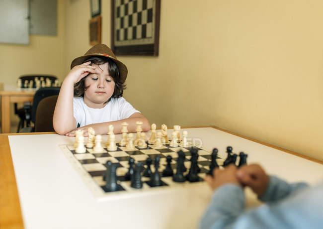 Bambini di età scolare che giocano a scacchi al chiuso — Foto stock