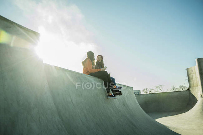 Teenage girls sharing cell phone — Stock Photo