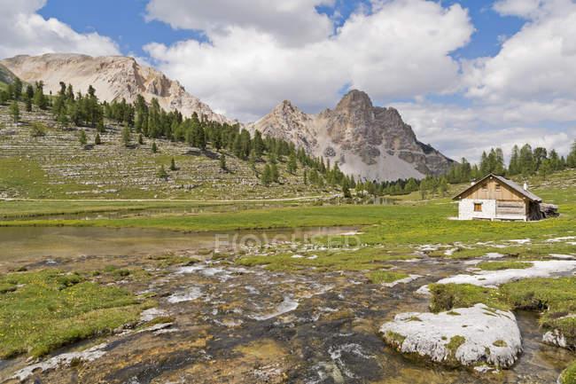 Italie, Tyrol du Sud, Dolomites, Parc naturel des Fanes-Sennes-Prags, Cabane des Fanes — Photo de stock