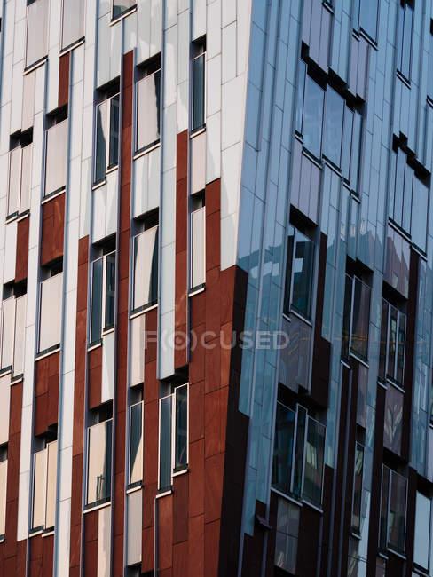 Vista esterna dei dettagli moderni degli uffici alla luce del giorno, Hafencity, Amburgo, Germania — Foto stock