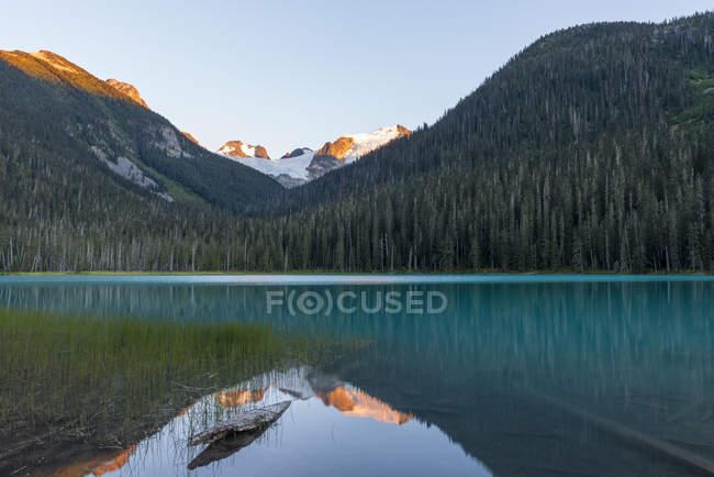 Canada, British Columbia, Joffre Lakes Provincial Park, Lower Joffre Lake — Stock Photo