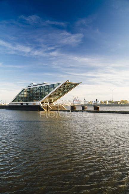 Blick auf Bürogebäude Dockland tagsüber, Hamburg, Deutschland — Stockfoto