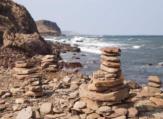 Испания, Балеарские острова, Менхенгладбах, каменная глыба на побережье Менхенгладбаха, площадь красного грунта — стоковое фото