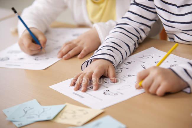 Школярки працює над роботою листів в класі — стокове фото
