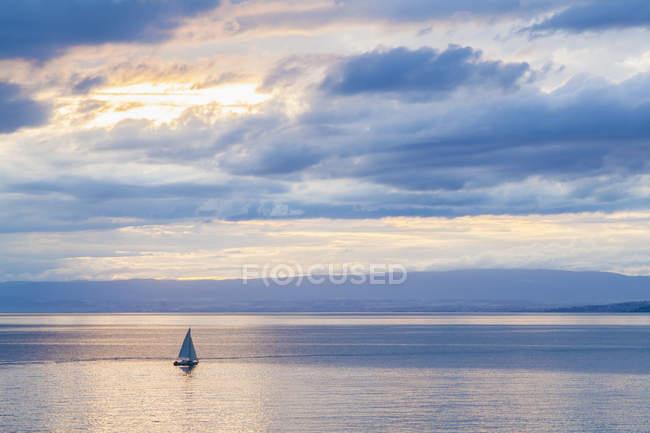 Швейцария, Женевское озеро, спасательное судно около Монтрё — стоковое фото
