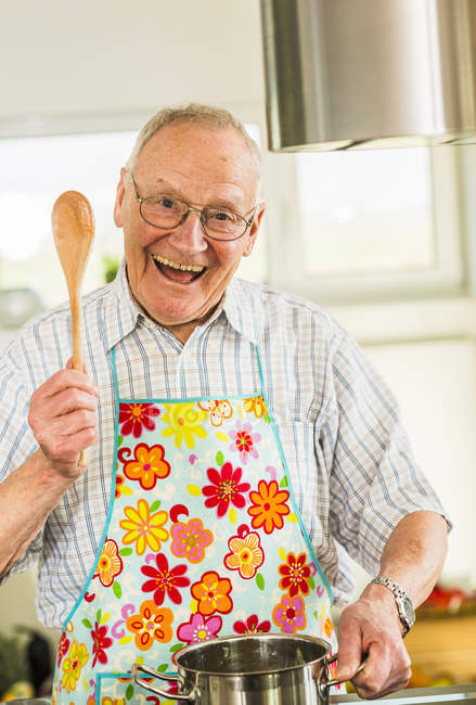 Homem feliz sênior, cozinhando na cozinha — Fotografia de Stock