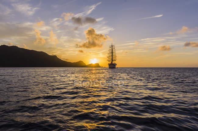Caraïbes, Antilles, petites Antilles, Grenadines, Bequia, mer des Caraïbes, voile de bateau au coucher du soleil — Photo de stock