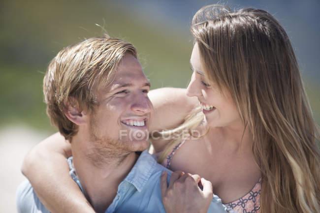Пара веселится на пляже — стоковое фото