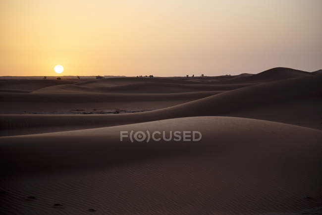 Marokko, Sahara, Sonnenaufgang über Sanddünen — Stockfoto