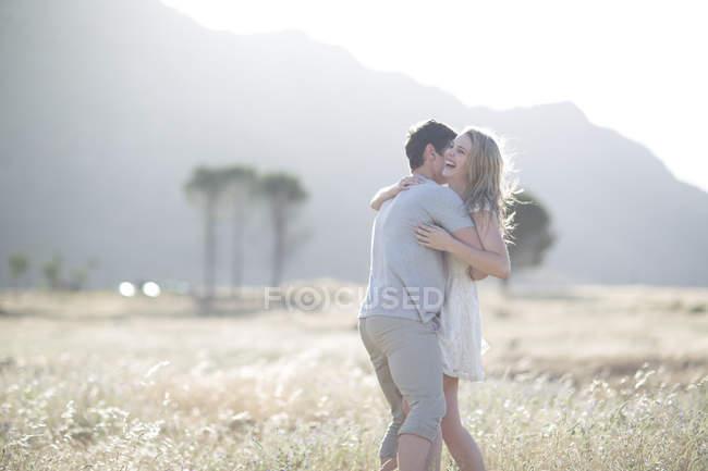 ЮАР, Молодая пара в поле — стоковое фото