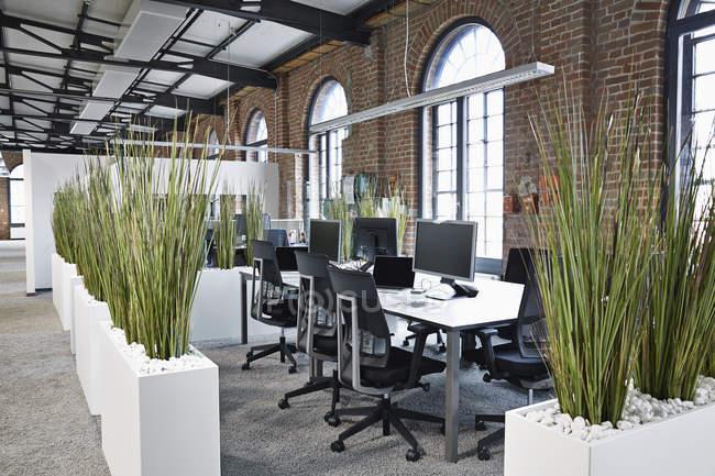 Ufficio moderno open space al chiuso — Foto stock