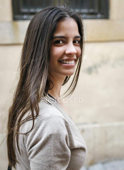 Retrato de uma jovem sorridente ao ar livre — Fotografia de Stock