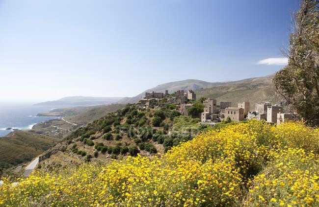 Grécia, Vatheia, casas da torre e a paisagem costeira — Fotografia de Stock