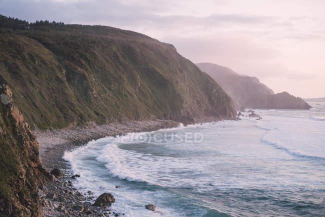 Spagna, Galizia, Valdovino, Campelo, spiaggia selvaggia al tramonto — Foto stock
