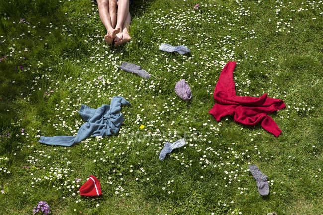 Ноги пары лежат на весеннем лугу с зеленой травой — стоковое фото