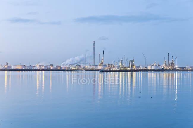 Нидерланды, Роттердам, промышленный завод в районе гавани — стоковое фото