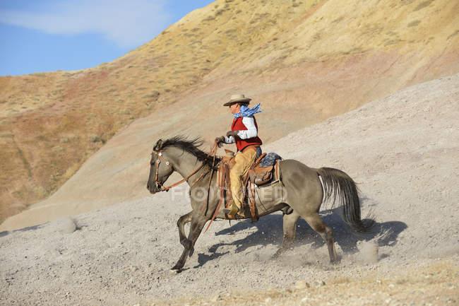 Usa, wyoming, cowgirl reiten in badlands — Stockfoto