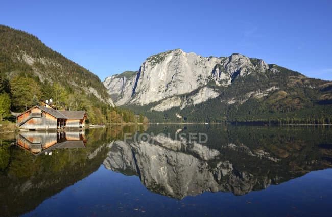 Austria, Salzkammergut, vista de lago Altausseer See y montañas - foto de stock
