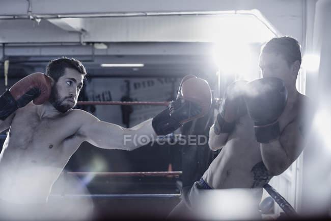 Dois pugilistas lutando no ringue de boxe — Fotografia de Stock
