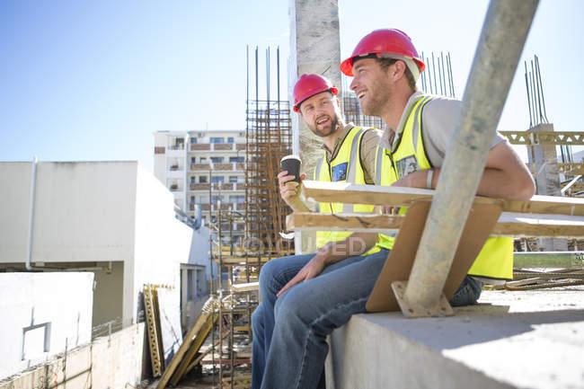 Строительные рабочие, имеющие перерыв в строительной площадки — стоковое фото