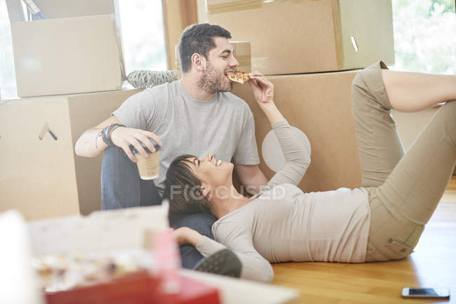 Couple moving house eating pizza — Stock Photo