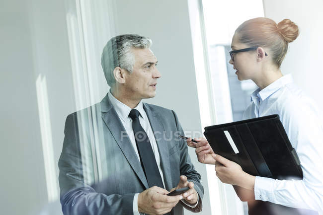 Manager discussing with assistant — Stock Photo