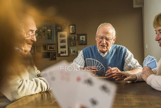 Senior friends playing cards — Stock Photo