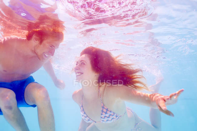 Sudafrica, Capetown, Coppia giovane nuoto in piscina subacquea — Foto stock