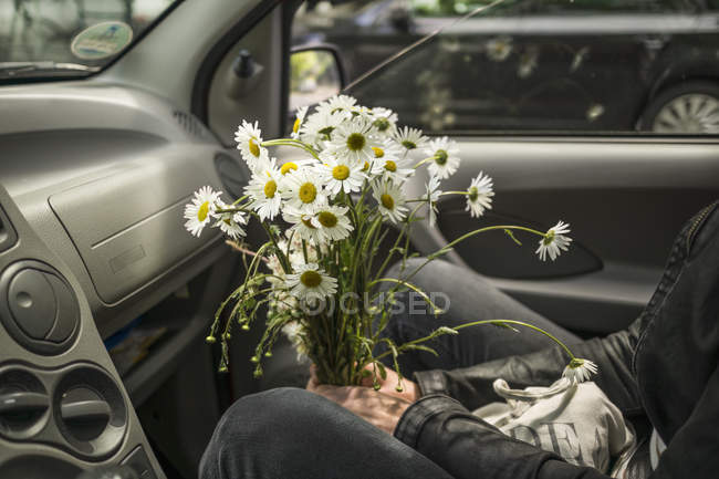 Картинки про, картинки девушка с ромашками в машине