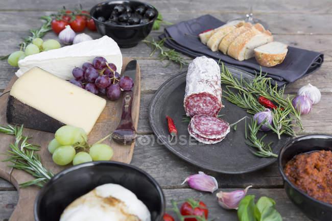 Подають різноманітні італійські закуски на стіл — стокове фото