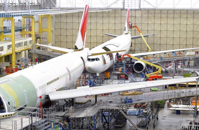 Construção de avião em um hangar dentro de casa — Fotografia de Stock