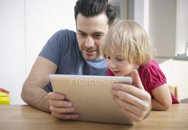 Батько і дочка, використовуючи цифровий планшетний — стокове фото
