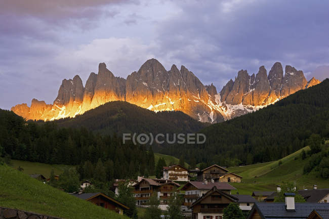 Italie, Trentin-Haut-Adige, Vallée Villnoess, Vue sur Sainte-Madeleine en face du groupe Geisler en soirée — Photo de stock