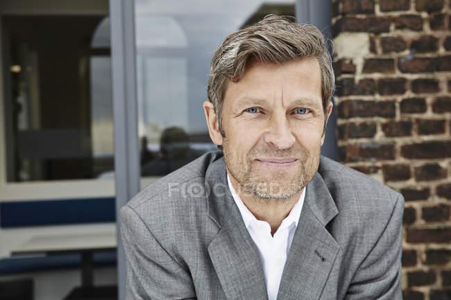 Porträt eines selbstbewussten Geschäftsmannes im Freien — Stockfoto