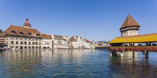 Suiza, Cantón de Lucerna, Lucerna, ciudad vieja, río Reuss, puente de la capilla y Torre de agua - foto de stock