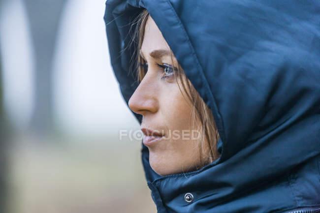 Жінка з капюшоном синій, Закри — стокове фото