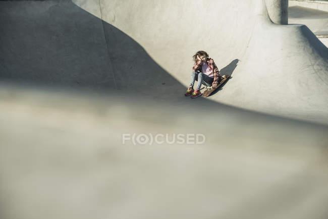 Mädchen im Skatepark mit skateboard — Stockfoto