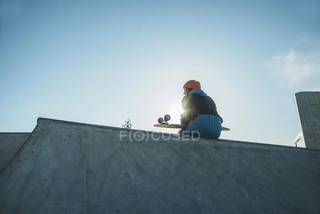 Mädchen im Skatepark sitzen auf Rampe — Stockfoto