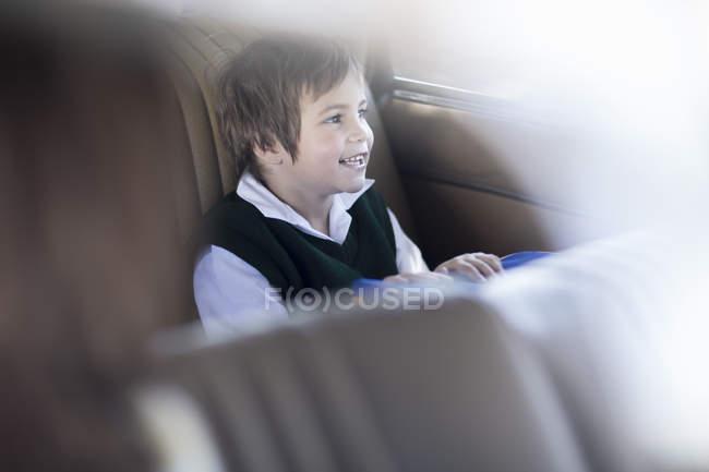 Kleines Mädchen sitzt im Auto und geht zur Schule — Stockfoto