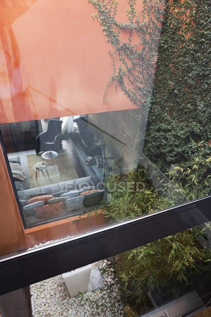 Ve al patio y sala de estar de una casa de una familia moderna - foto de stock