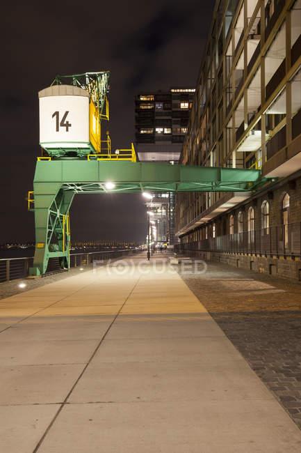 Alemania, Colonia, puerto de Rheinau, Grúa en el paseo marítimo - foto de stock