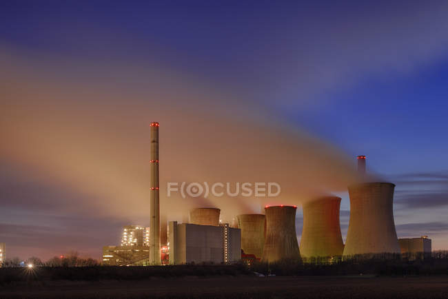 Германия, Северный Рейн-Вестфалия, Гревенброх-Нейрат, Нейрат электростанции в сумерках — стоковое фото
