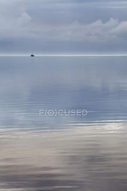 Vue distante du bateau solitaire dans la journée, le Parc National de Schleswig-Holstein Wadden Sea, mer du Nord, Sylt, Frise du Nord, Schleswig-Holstein, Allemagne — Photo de stock