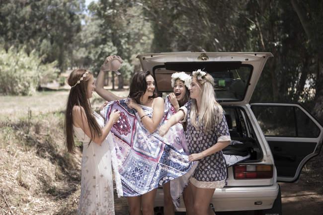 Подруги в поездке переодеваются — стоковое фото