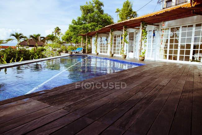 Индонезия, Бали, бассейн и терраса виллы для отдыха — стоковое фото