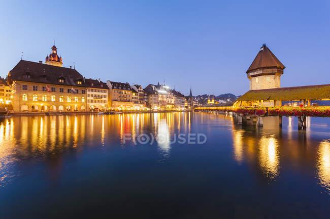 Suiza, Cantón de Lucerna, Lucerna, ciudad vieja, río Reuss, puente de la capilla y Torre de agua, azul hora - foto de stock